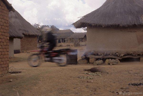 Un paramedico attraversa il villaggio n°6 nei pressi di Mutare, Zimbabwe © giorgio cossu.jpg