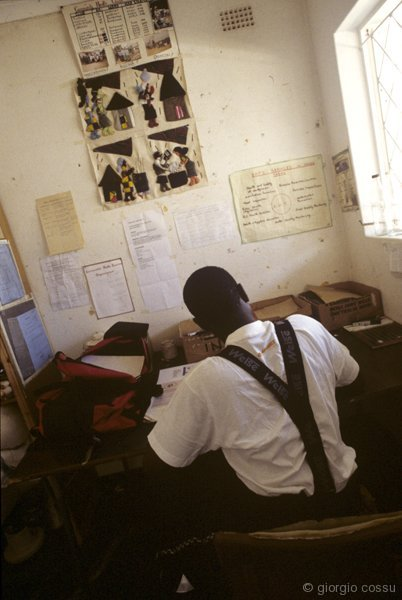 Philmon al rientro da un sopralluogo esamina dei campioni d'acqua, Rusape, Zimbabwe © giorgio cossu.jpg