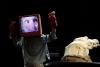Florian Feisel con maschera teatrale contemporanea, Kasper, Gretel e Coccodrillo © giorgio cossu