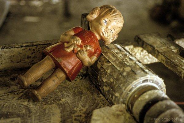 Una bambola di lattice naturale sulla macchina per tritare la manioca, Amazzonia © giorgio cossu.jpg