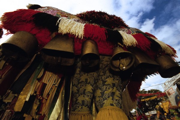 Il Surrao, le campane appese alla schiena di ogni caboclo di lancia © giorgio cossu.jpg